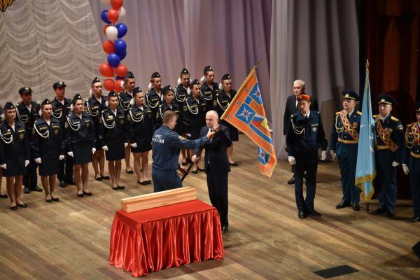 3.12.2019:Вручение знамени МЧС России кадетам школы